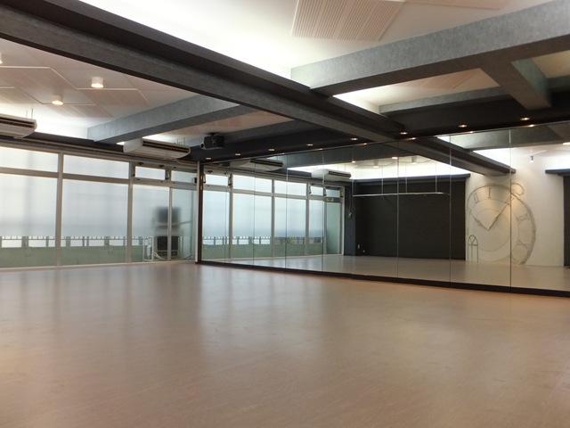 柏貸しスタジオのスタジオ内画像 床 天井 鏡 天井メイン